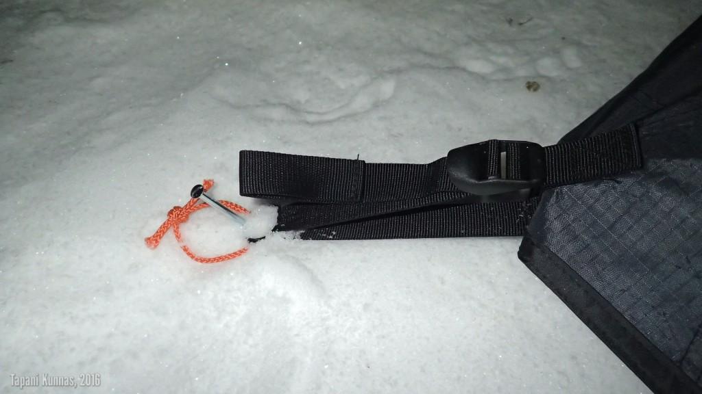Jäiseen, lähes lumettomaan maahan ei telttaa saa kiinni kuin nauloilla.
