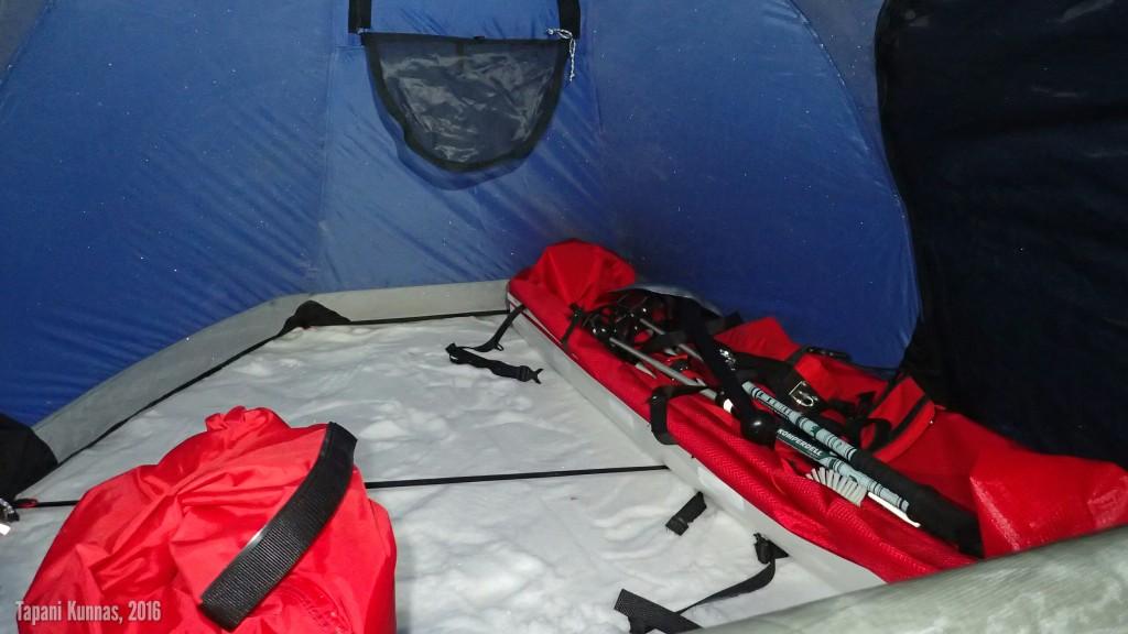 Tässä syy telttavalintaani: Fjällräven Akka Endurance 2:n eteinen on niin iso, että ahkio mahtuu sisälle. Vasemmalla näkyvä punainen pussi on lumivarastoni.