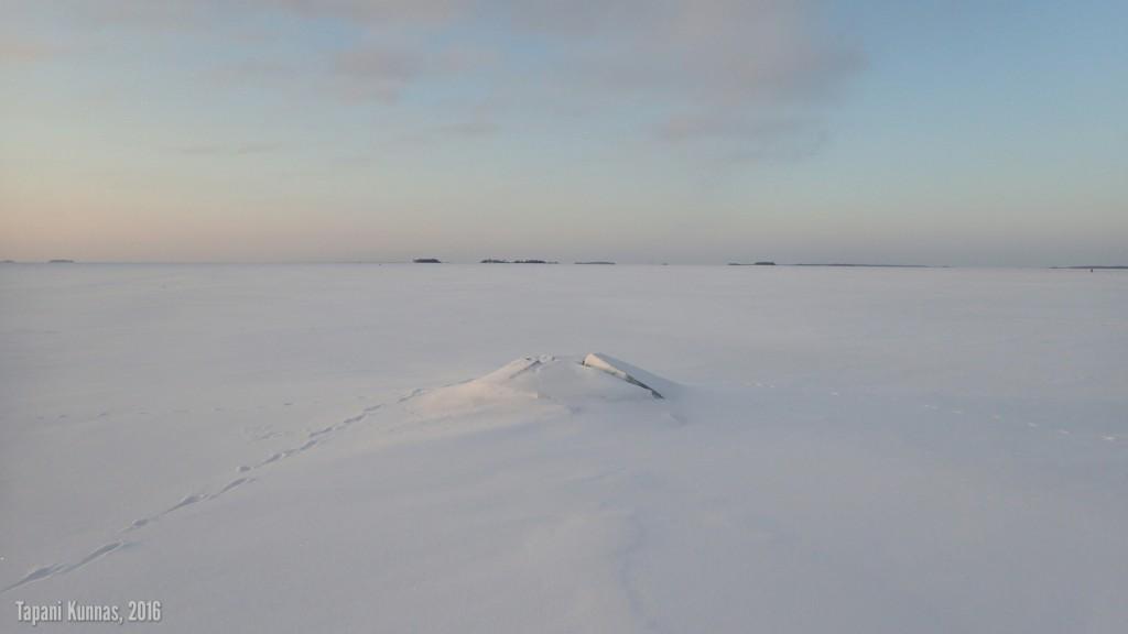Vesi on matalalla, joten normaalisti vain vähän pinnan alla lymyävät isot kivet ovat rikkoneet jään.