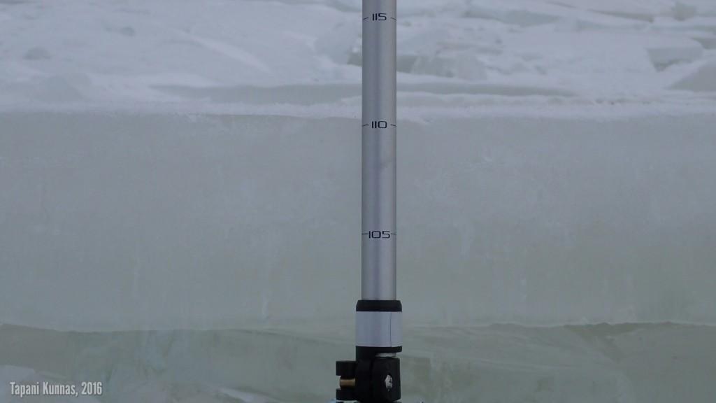 Rannan lähellä murtuneen jäälautan reunasta on helppo mitata paksuus vaellussauvan senttiasteikon avulla.