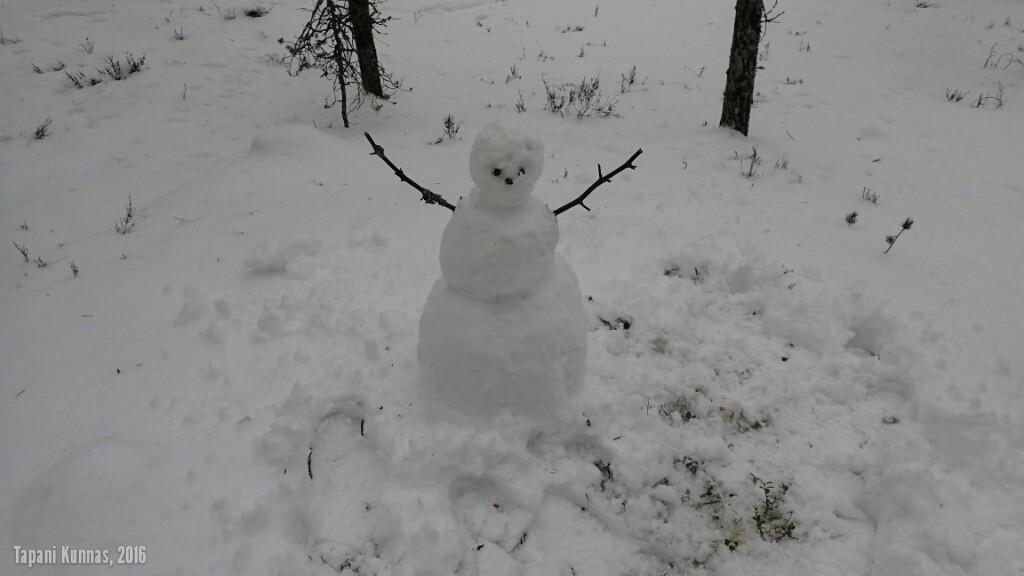 Ennen leirin purkamista rakennan lumiukon. Enpä ole tällaista tehnyt ainakaan 40 vuoteen!
