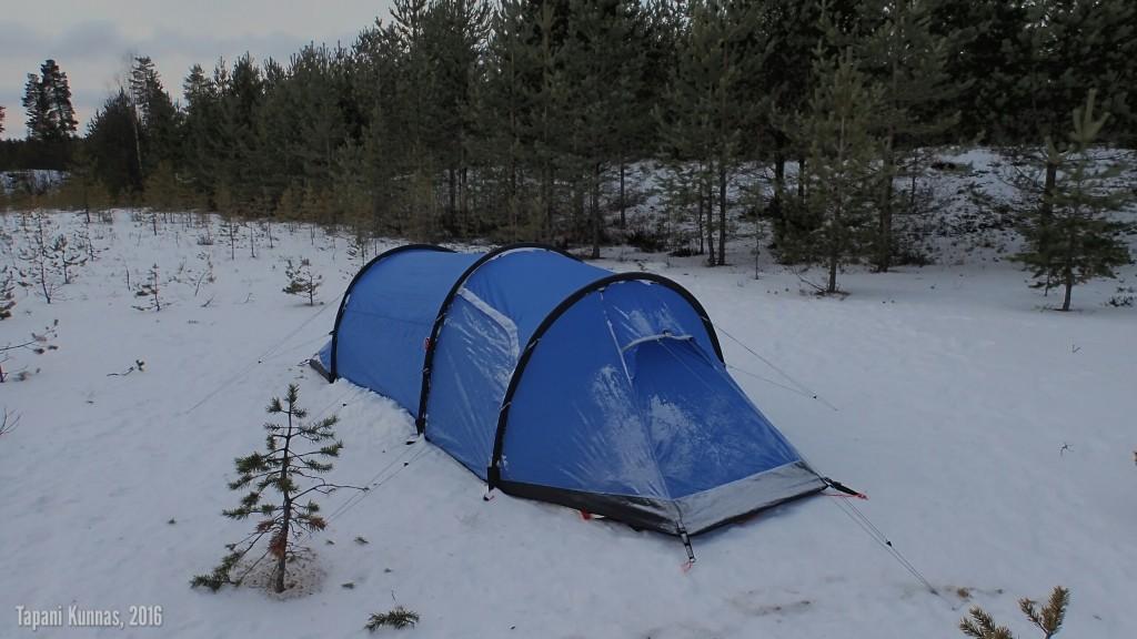 Erämaakaksio tiistaiaamuna. Tuuli on onnistunut löytämään jostain vähän lunta jopa teltan päälle pöllytettäväksi.