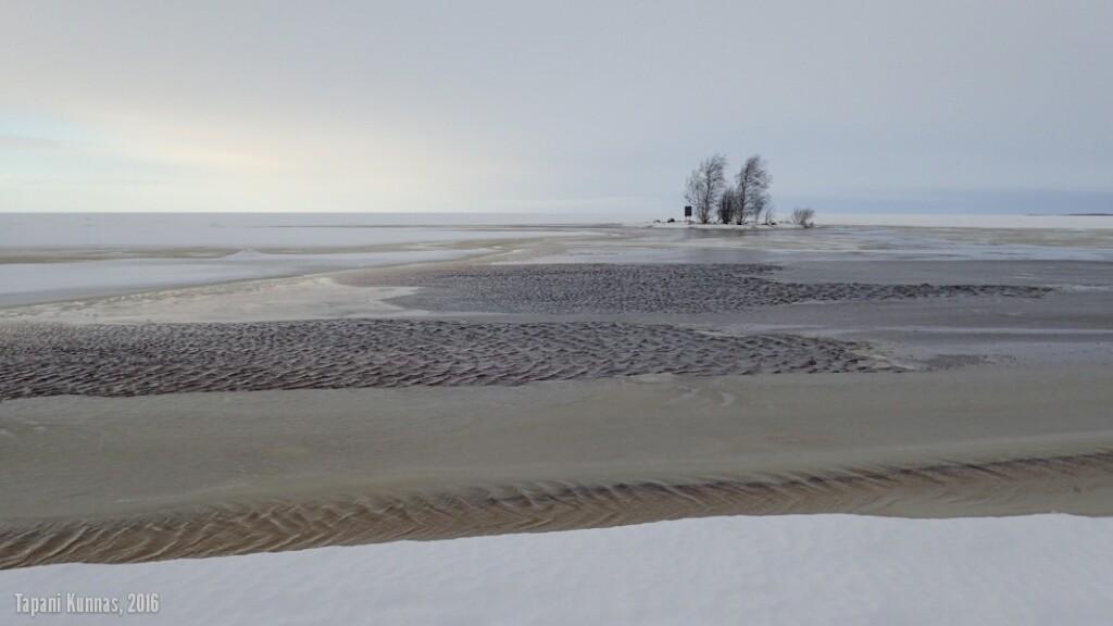 Suunnitelmat uusiksi. Tarkoitus oli tehdä seuraavana viikonloppuna hiihtoretki meren jäälle, mutta voimakas tuuli on nostanut veden korkeuden 80 senttiä normaalin yläpuolelle. Nyt tuonne ei ole pitkään aikaan mitään asiaa.