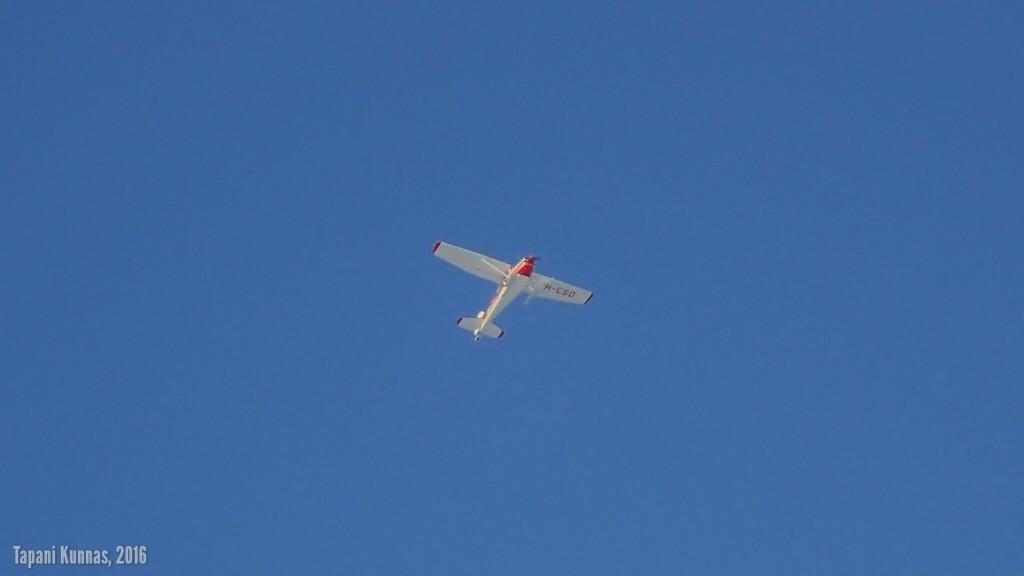 Videointisessioni päätyttyä kaksi lentokonetta lensi matalalla yli. Toinen juuri sopivassa kohdassa kuvattavaksi.