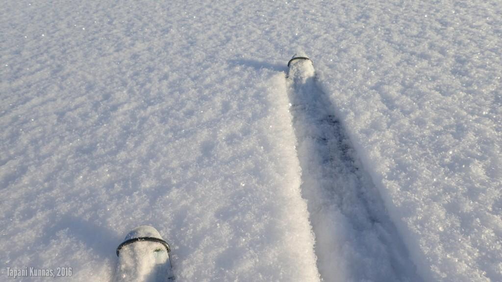 Talviretkeilijän taivas: saa tehdä omat jäljet koskemattomaan lumeen auringonpaisteessa.