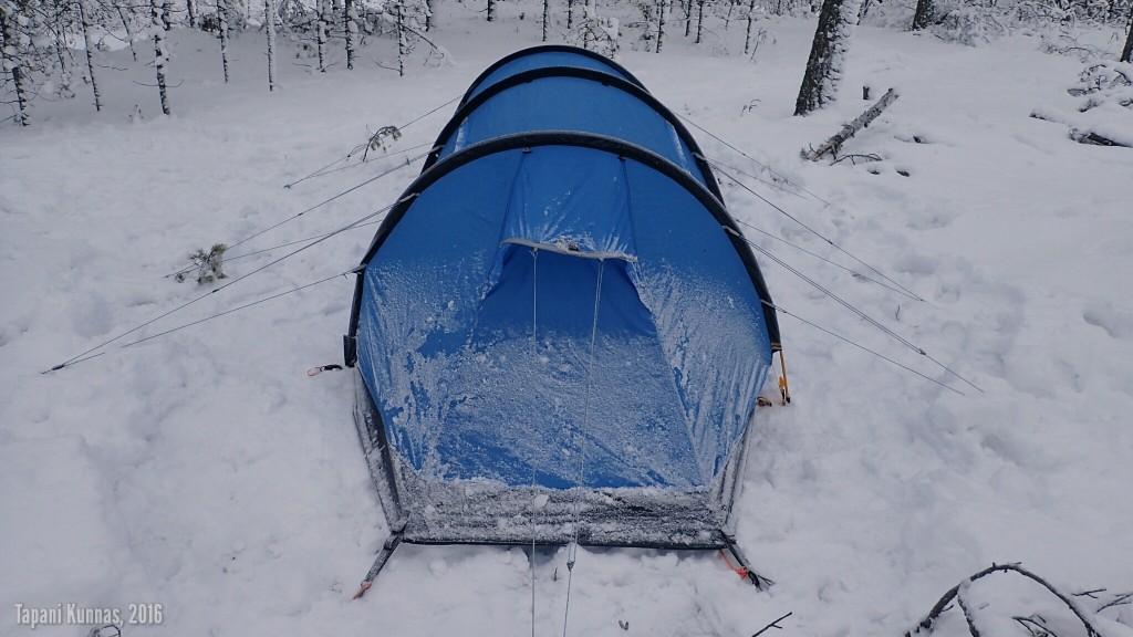 Teltan suunta on ollut yön aikana oikein eli pääty tuuleen päin.