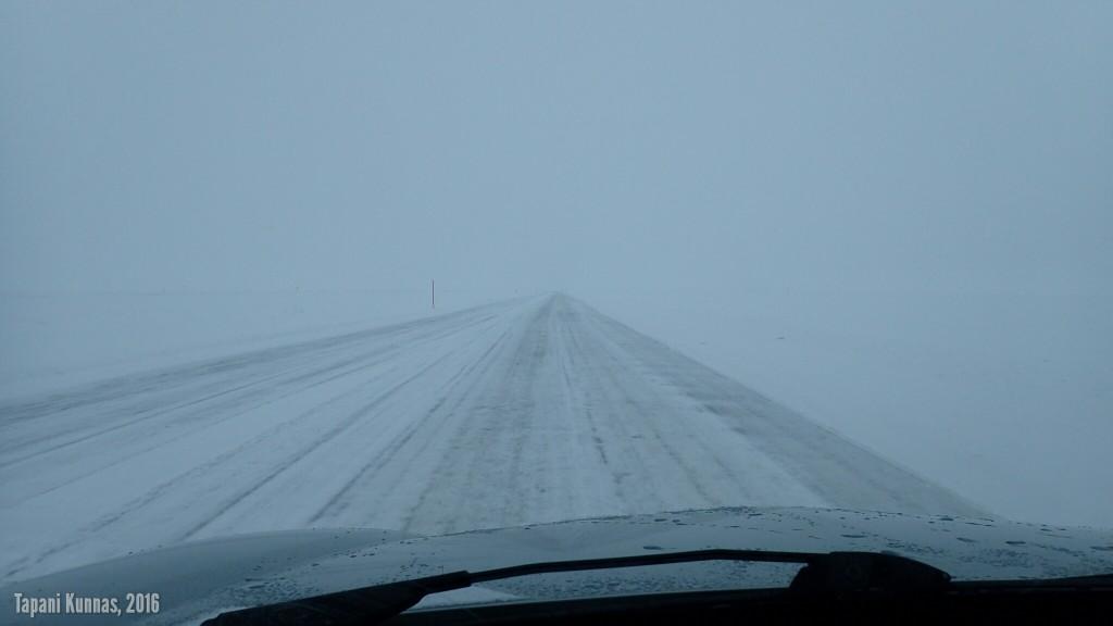 Jäätie on leveä ja tasainen. Melkein kuin moottoritietä ajaisi.