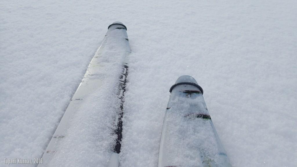 Jäälläkin hanki kantaa erinomaisesti 160 cm pitkien ja 10 cm leveiden suksieni alla.