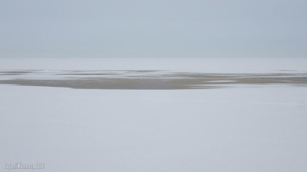 Vettä jäällä. Nämä paikat on kuitenkin helppo kiertää.