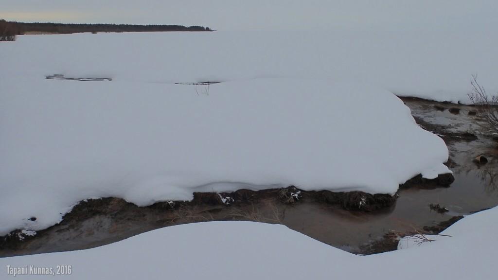 Tämän ojan kierrän meren puolelta, jäätä pitkin.