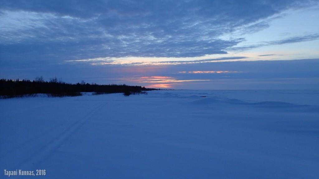 Jäähän aiemmin talvella syntyneen ison repeämän seurauksena tuuli on päässyt painamaan jäitä paikoin röykkiöiksi rannalle Keskiniemen lähellä.