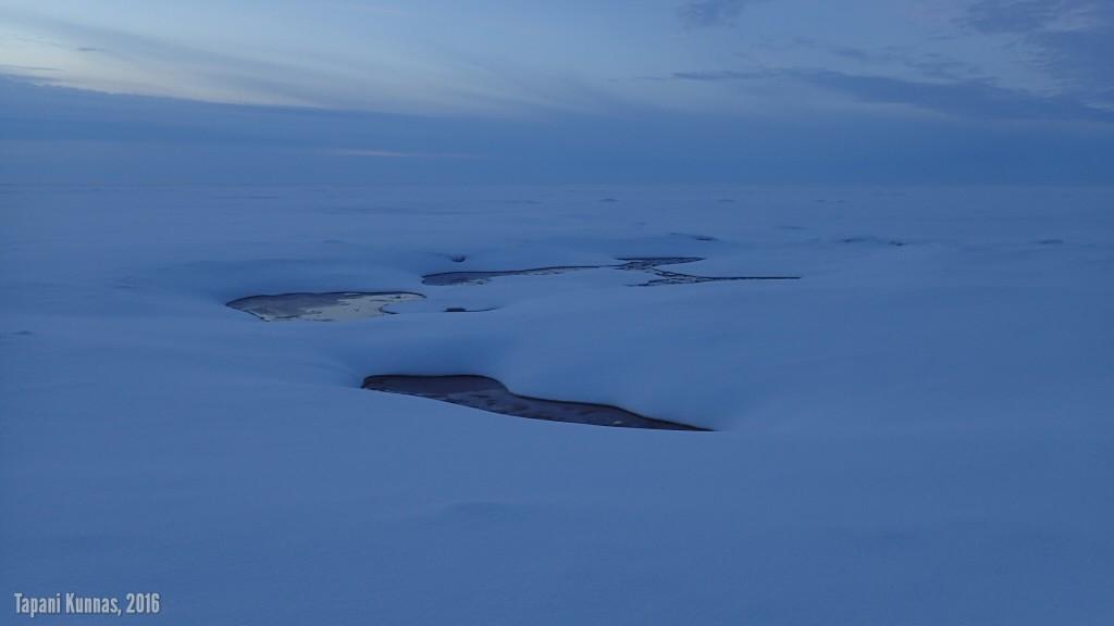 Keskiniemen lähellä jääpeite on paikoin rikkonainen.