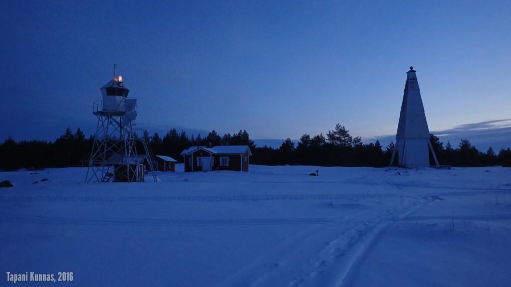 Neljännellä yrittämällä onnistun ottamaan Keskiniemen sektoriloistosta ja pookista sellaisen kuvan, jossa valo palaa.