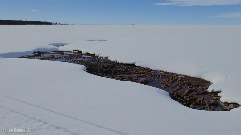 Myös Marjaniemen lähellä jäässä on paikoin isoja repeämiä.