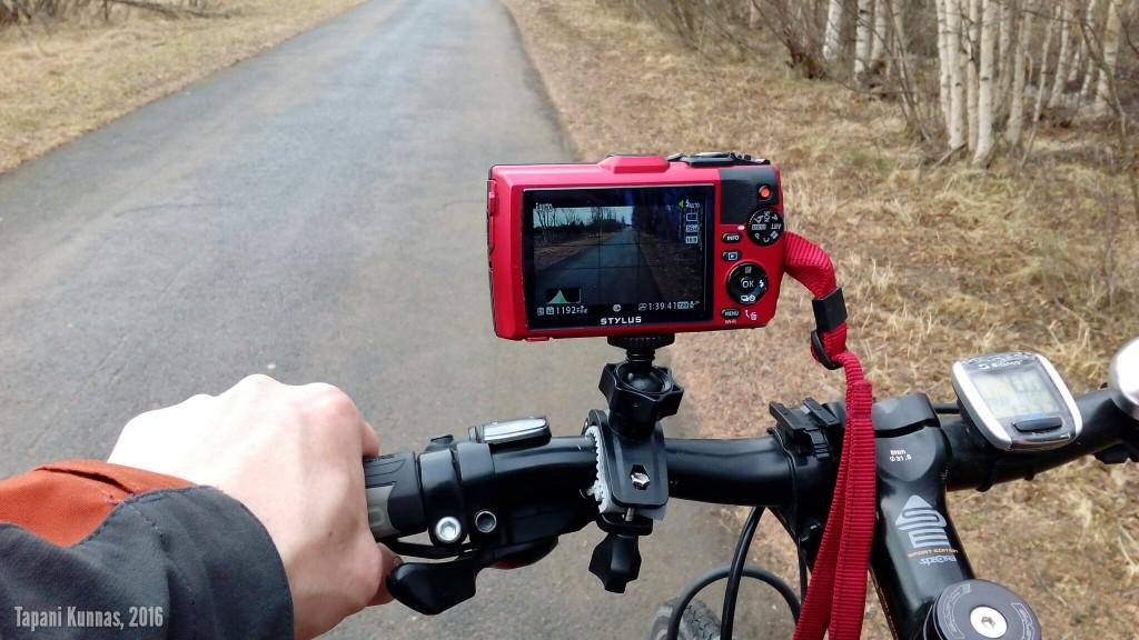 Kamera ohjaustankotelineessä. Tällä kuvaan tämän retken videomateriaalin.