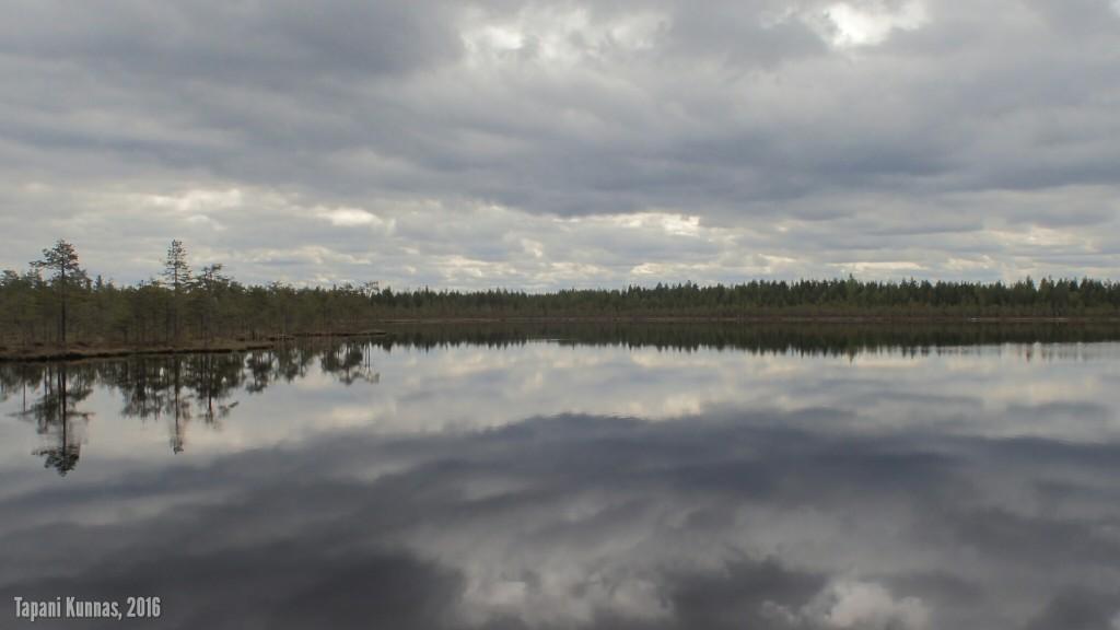 Pilvien kuvajaisia Matkajärven pinnalla.