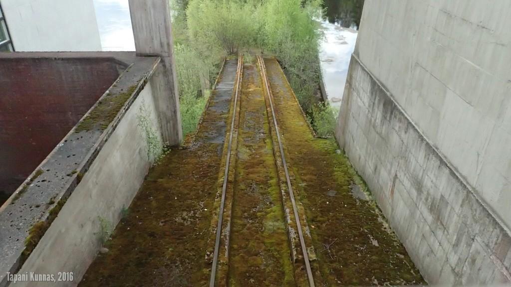 Pällin voimalaitoksen tukkirata on saanut rauhassa sammaloitua. Tukinuitto loppui Oulujoella vuonna 1982.