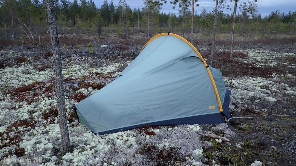 Ensimmäisen yön leiri. Nuo mustat kaistaleet teltan helmoissa eivät ole Tarptent Moment DW -teltan vakiovaruste, vaan kyse on itse tekemistäni lisäliepeistä.