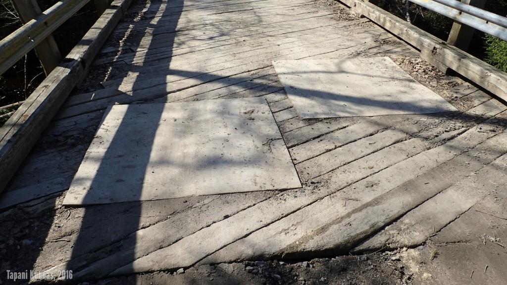Bridge over troubled water. Tai oikeastaan Troubled bridge over water. Kalimeenojan ylittävä silta on huonokuntoinen.