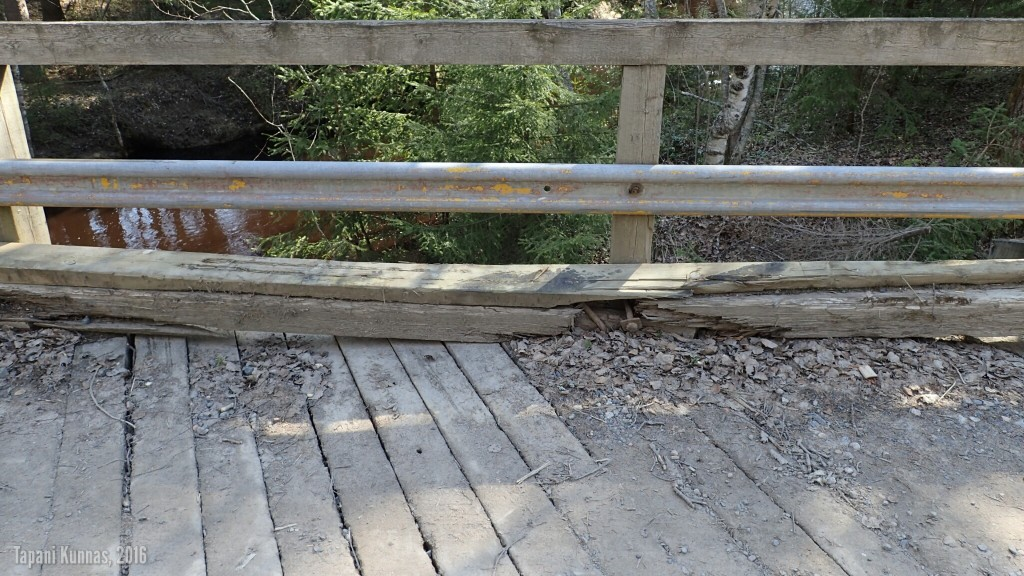 Sillan reunaparrut ovat pahasti lahonneet.