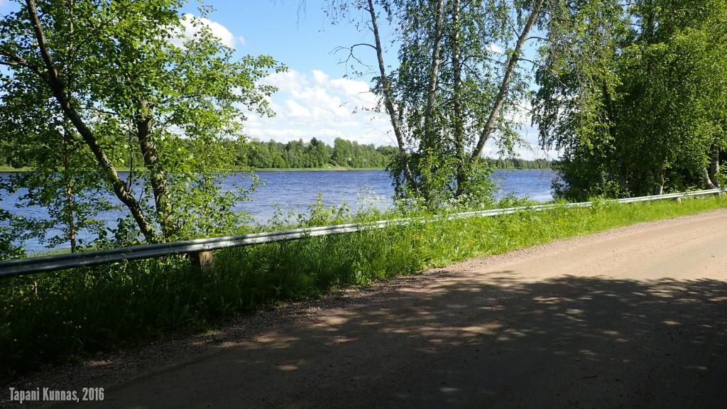 Ajoreittini vie minut välillä idylliselle soratielle aivan Oulujoen rantaan.