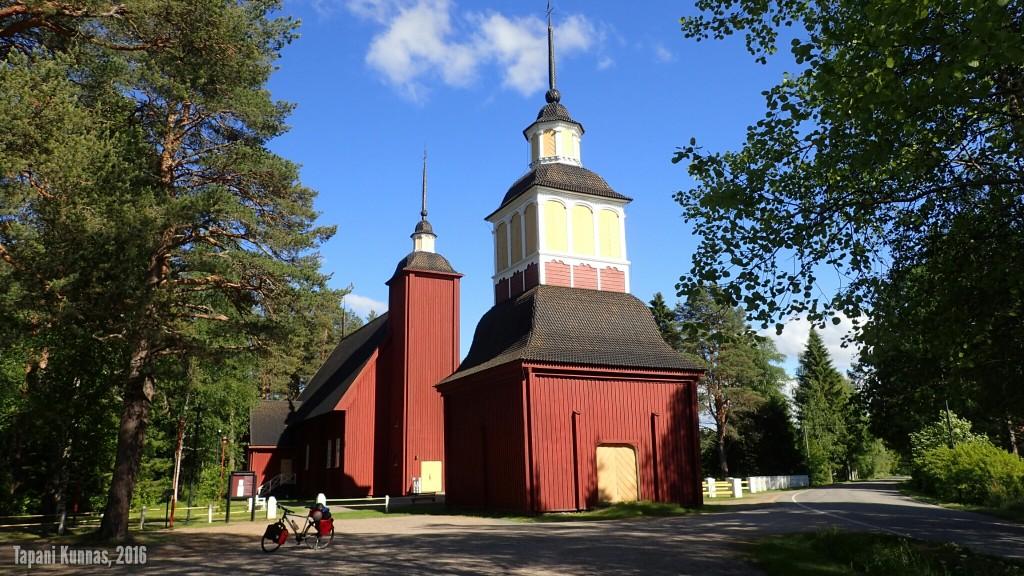 Utajärven kirkko. Minä tykkään tällaisista pienistä puukirkoista.