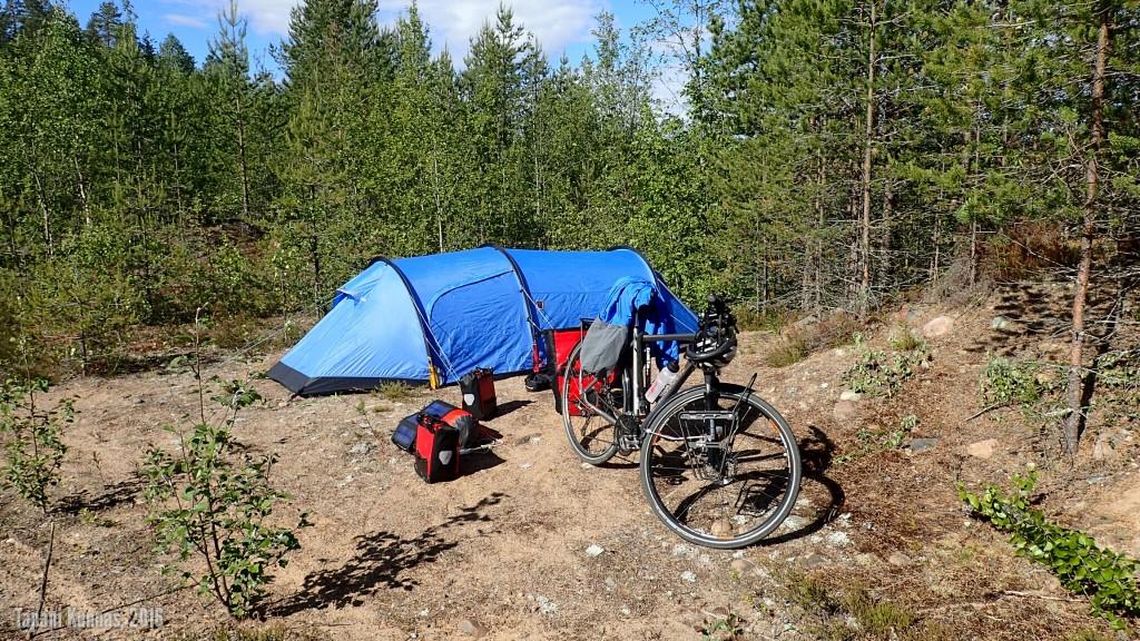 Ensimmäisen telttayön jälkeinen aamu. Muut tavarat olen jo pakannut, mutta teltta odottaa vielä purkamista. Sen kanssa sähläämisestä ei onneksi ole kuvaa.
