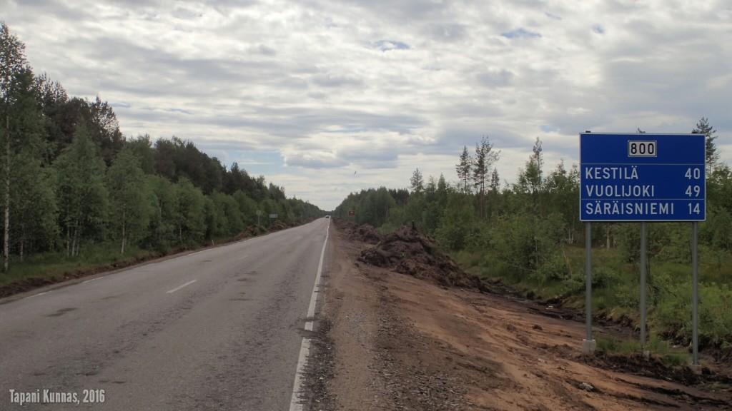 Vaalasta etelään vievää tietä 800 parannetaan mm. ojia kaivamalla.