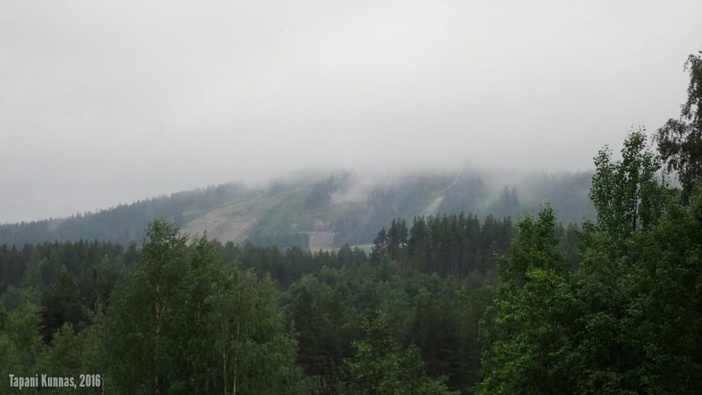 Matalalla roikkuvia pilviä Vuokatissa.
