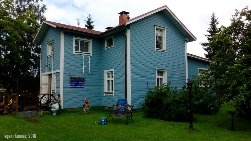 Sinisen pyörän kievarin päärakennus.