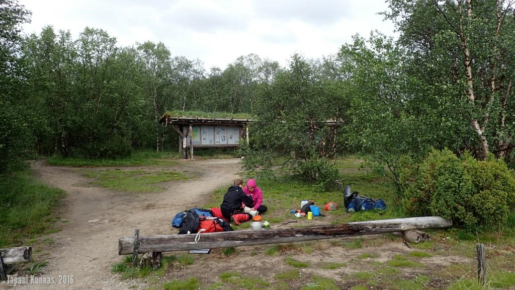 Päivälliset syödään Sulaojalla ennen maastoon lähtemistä ja vesipullot täytetään raikkaalla lähdevedellä tästä Suomen suurimmasta lähteestä.