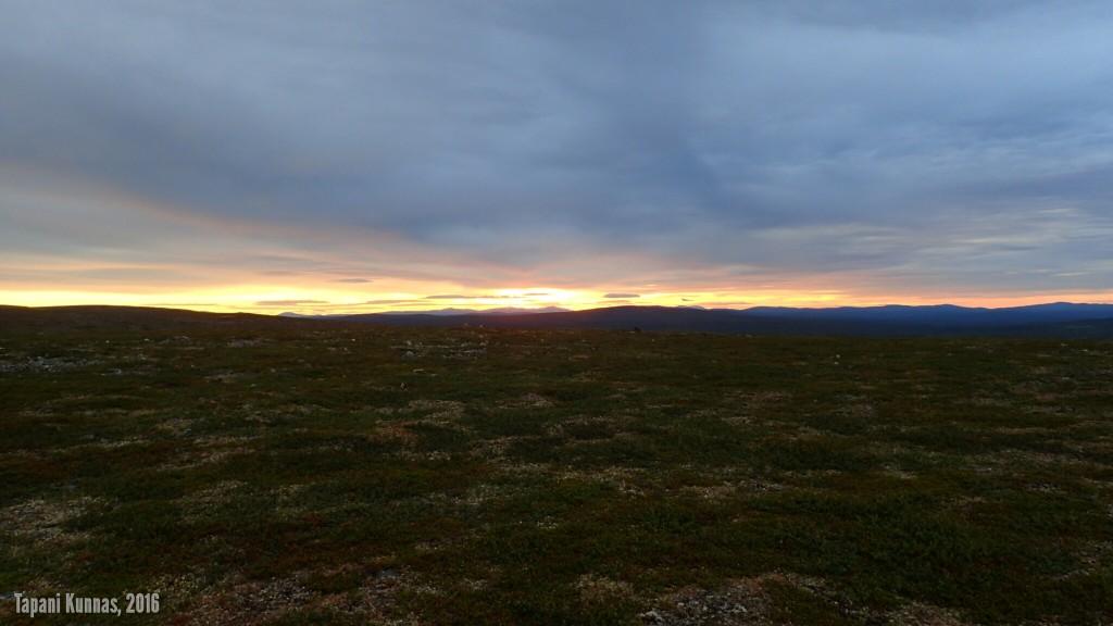 Täsmälleen keskiyön hetkellä taivaanranta on jo melko pilvinen, mutta kyllä tuolta sen auringon voi erottaa.