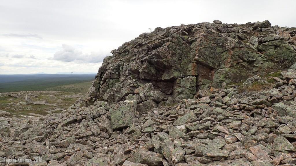Omalla reitilläni kohti Áilegasroavvia on komeita kivimuodostelmia ja paikoin vaikeakulkuista rinnettä.