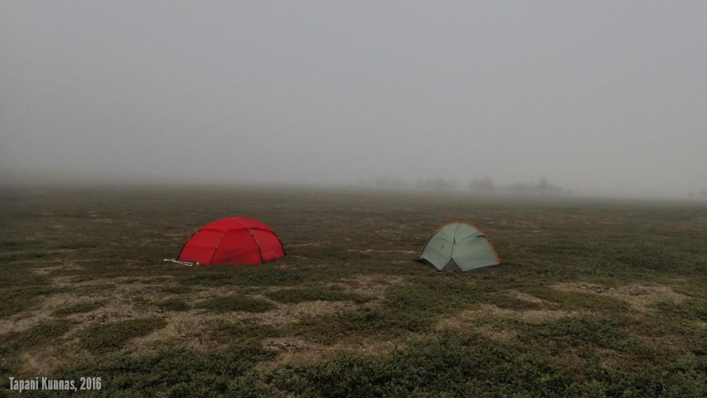 Neljännen vaelluspäivän aamu. Maailma on harmaa.