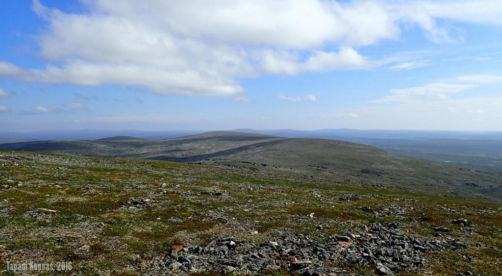 Lounaan aikana ympärillemme syntyy maisema. Kuvassa keskellä Gaskkamušaláš.