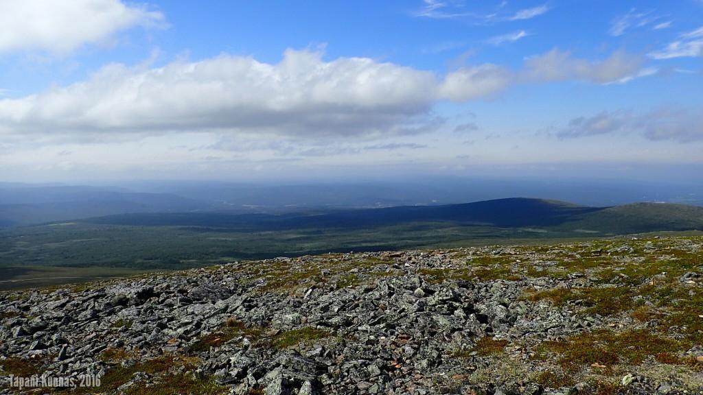Näkymä Inarijoen laaksoa kohti. Kuvan oikeassa reunassa Meađđenvárrin huiput.