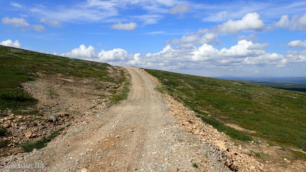 Laskeutuminen huoltotietä pitkin ei ole pelkkää myötälettä. Tässä kiivetään Láŋkán ja Skálonjuovččan väliselle harjanteelle.