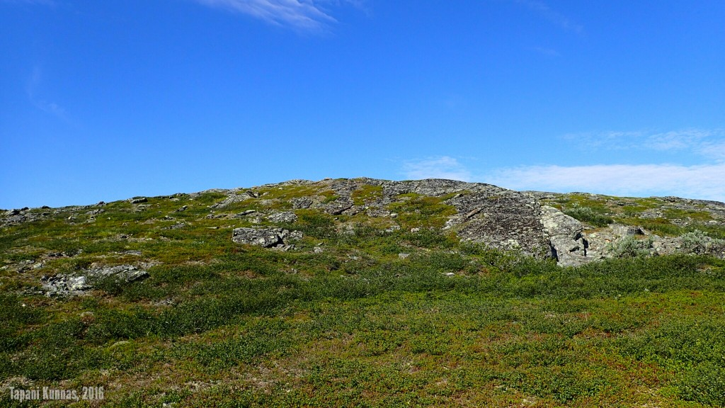 Matkalla Meađđenvárrin huipulle. Kuvassa näkyvän ison lohkareen ohitin edellisellä kerralla oikealta, nyt kierrän sen vasemmalta.