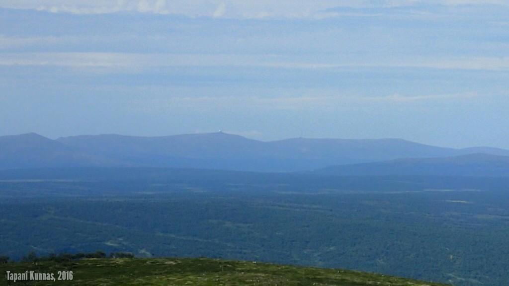 Norjan puolella näkyvän korkean tunturin huipulla on jotain - olisiko tähtitorni?
