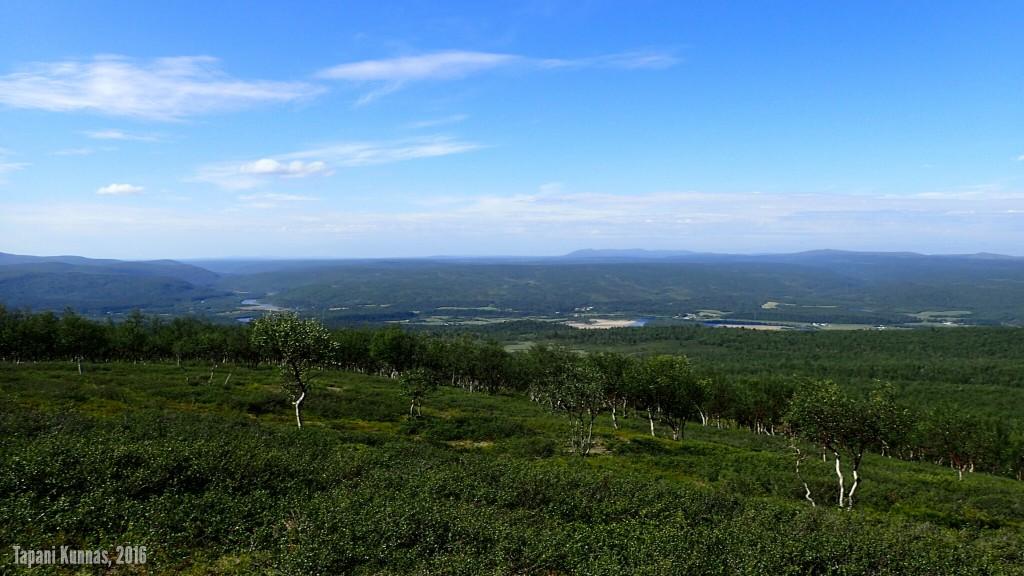 Näkymä lounaspaikaltamme alas Inarijoen laaksoon.