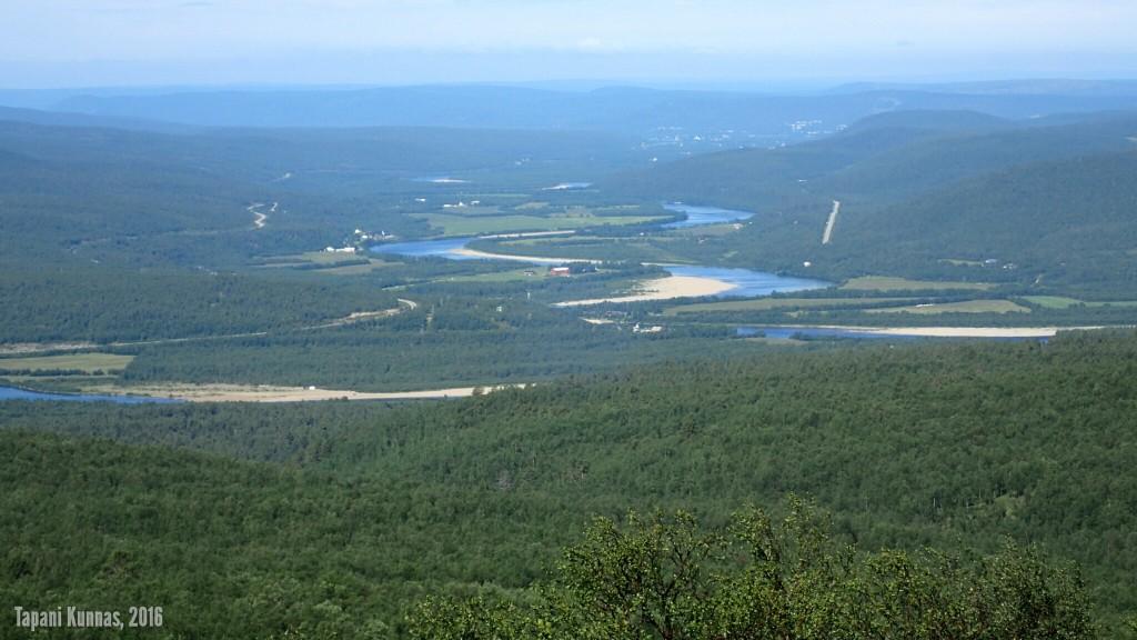 Zoomattu näkymä lounaspaikaltamme alas Tenon laaksoon.