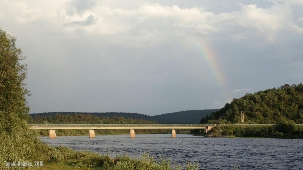 Inarijoen silta ja norjalainen sateenkaari.