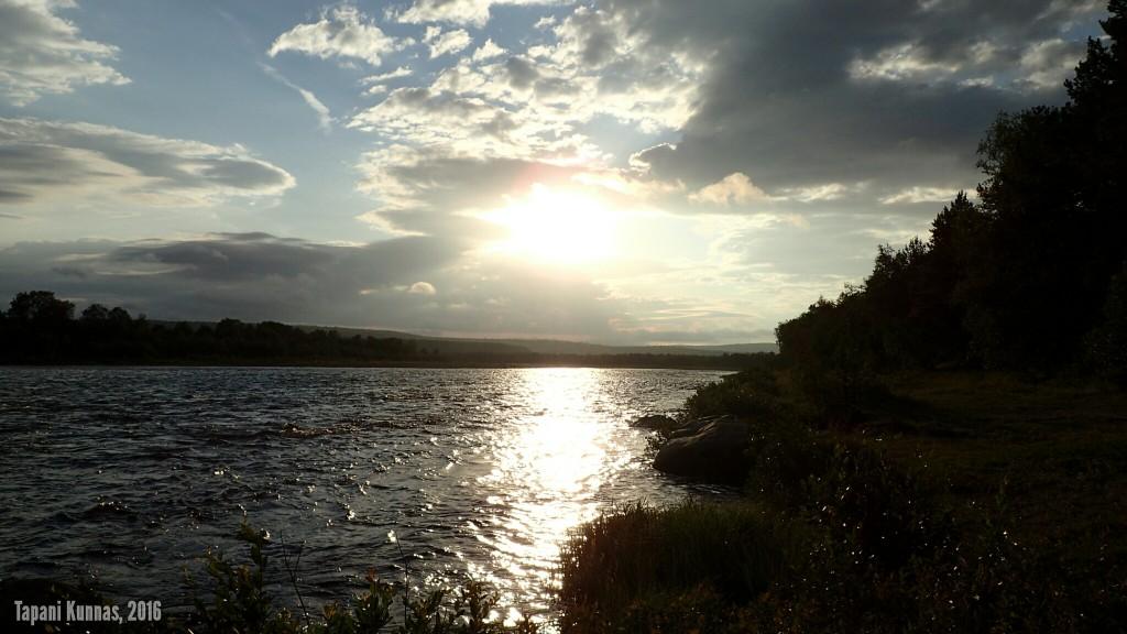 Ennen nukkumaanmenoa käyn vielä itsekseni haaveilemassa joen rannassa.