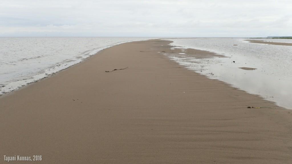 Pitkä, lähes rannan suuntainen hiekkasärkkä.