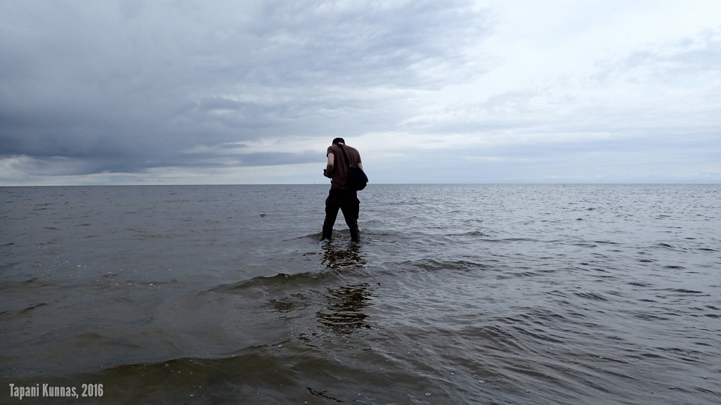 Etelän mies kahlaa avomerelle.