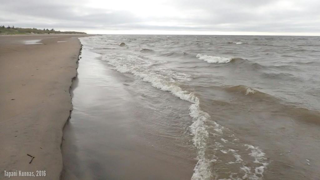 Aallot huuhtelevat rantaan muodostunutta hiekkaharjannetta, joka vähitellen katoaa syntyäkseen myöhemmin uudelleen jonnekin muualle.