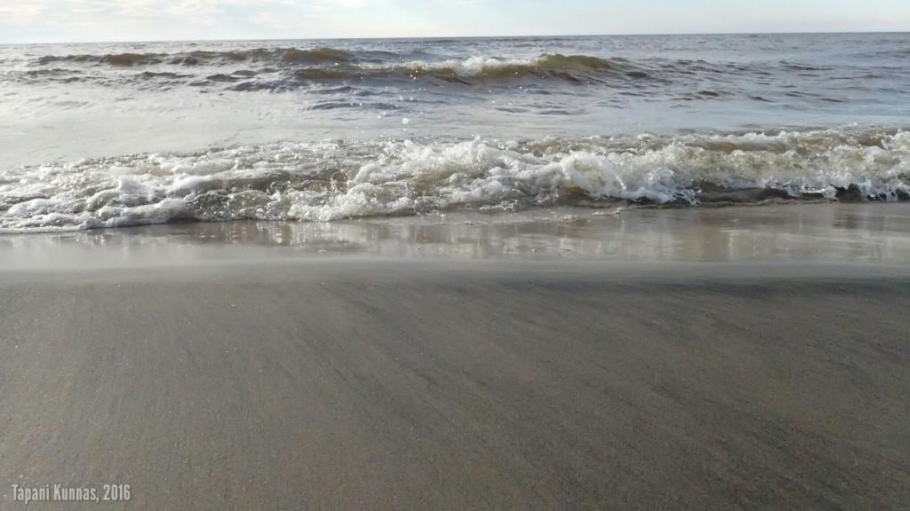 Aallot vyöryvät kohti rannan harjannetta...
