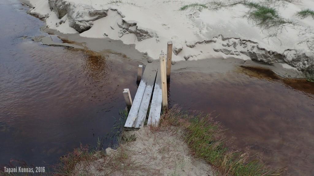 Näin märkänä kesänä tämä oja olisi runsasvetisenä hankala ylittää - paitsi tästä sillan kohdalta.
