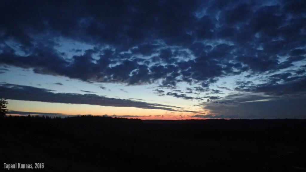Pari tuntia aiemmin laskeneen auringon valo vielä viipyy yötaivaalla.