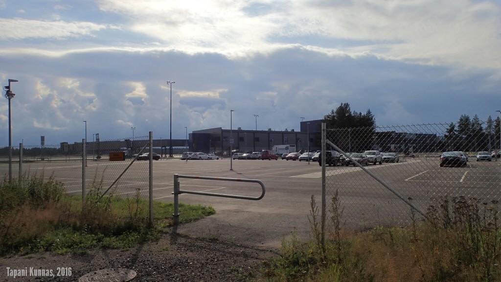 Retki alkaa Oulun lentoasemalta. Lounaiselle taivaalle kohoaa sadetta enteileviä pilviä.